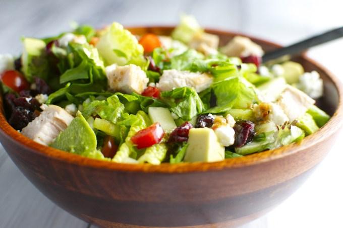 Cara Membuat Salad Sayur dengan Ayam dan Keju